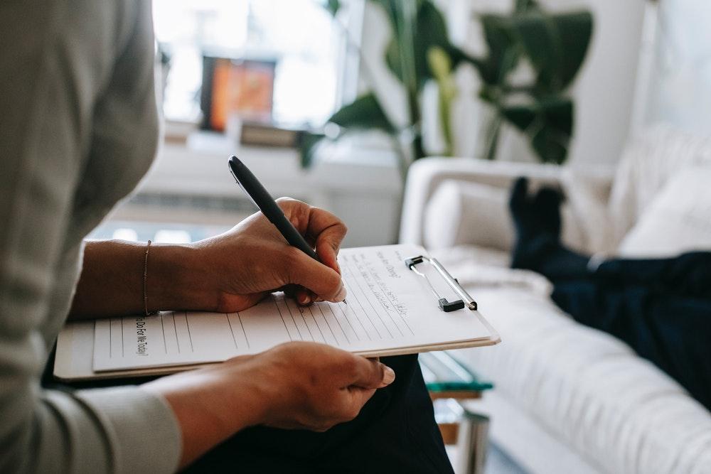Eine Frau füllt einen Antrag für die private Krankenversicherung aus.