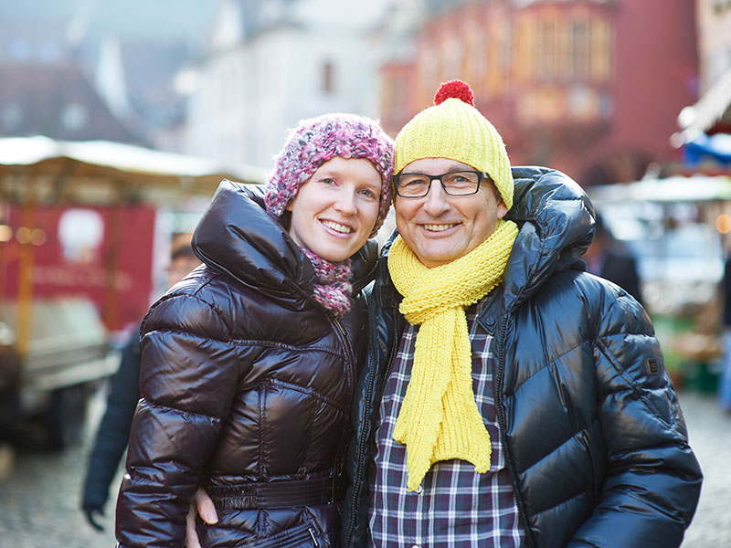 Versicherungsberater Freiburg Gerd Güssler mit seiner Frau Friederike Güssler auf dem Freiburger Münstermarkt.