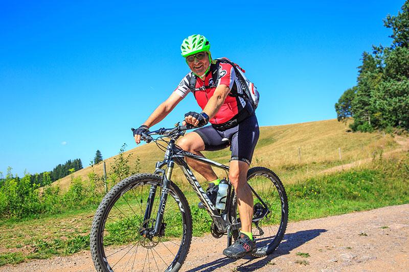 Versicherungsberater Freiburg Gerd Güssler sucht gerne den Ausgleich in der Natur. Hier mit dem Mountainbike im Schwarzwald.