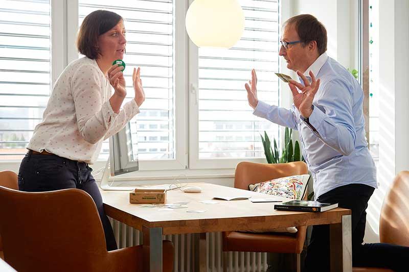 PKV Beratung: Versicherungsberater Gerd Güssler mit Mandantin Karin Gutmann, Inhaberin der Grafikagentur Konzept + Grafik in Freiburg.