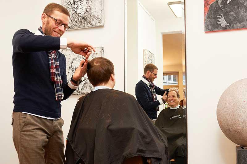 PKV Beratung: Versicherungsberater Gerd Güssler mit Mandant Günther Ducke, Inhaber des Friseursalons MAX LUI Freiburg.
