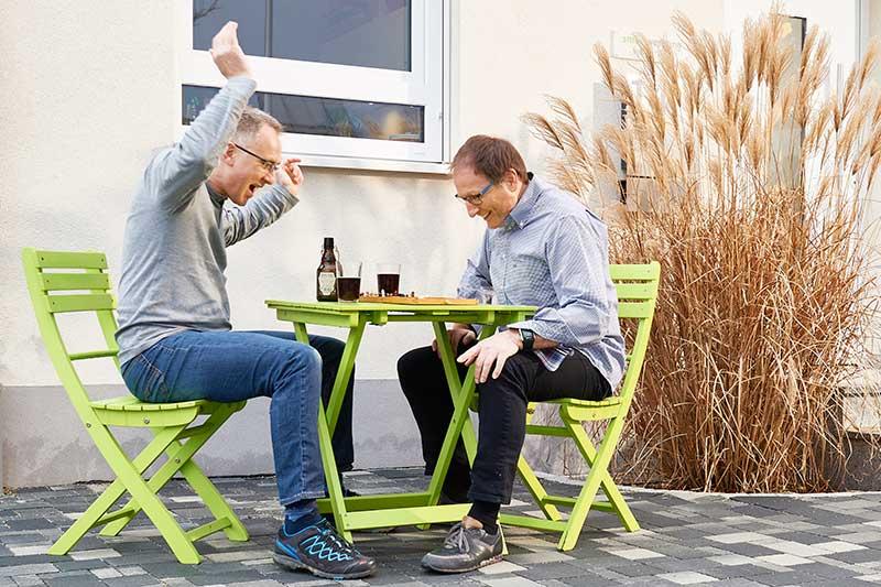 PKV Beratung: Versicherungsberater Gerd Güssler mit Mandant Matthias Wolpert, Inhaber der Werbeagentur smile Werbung in Freiburg.